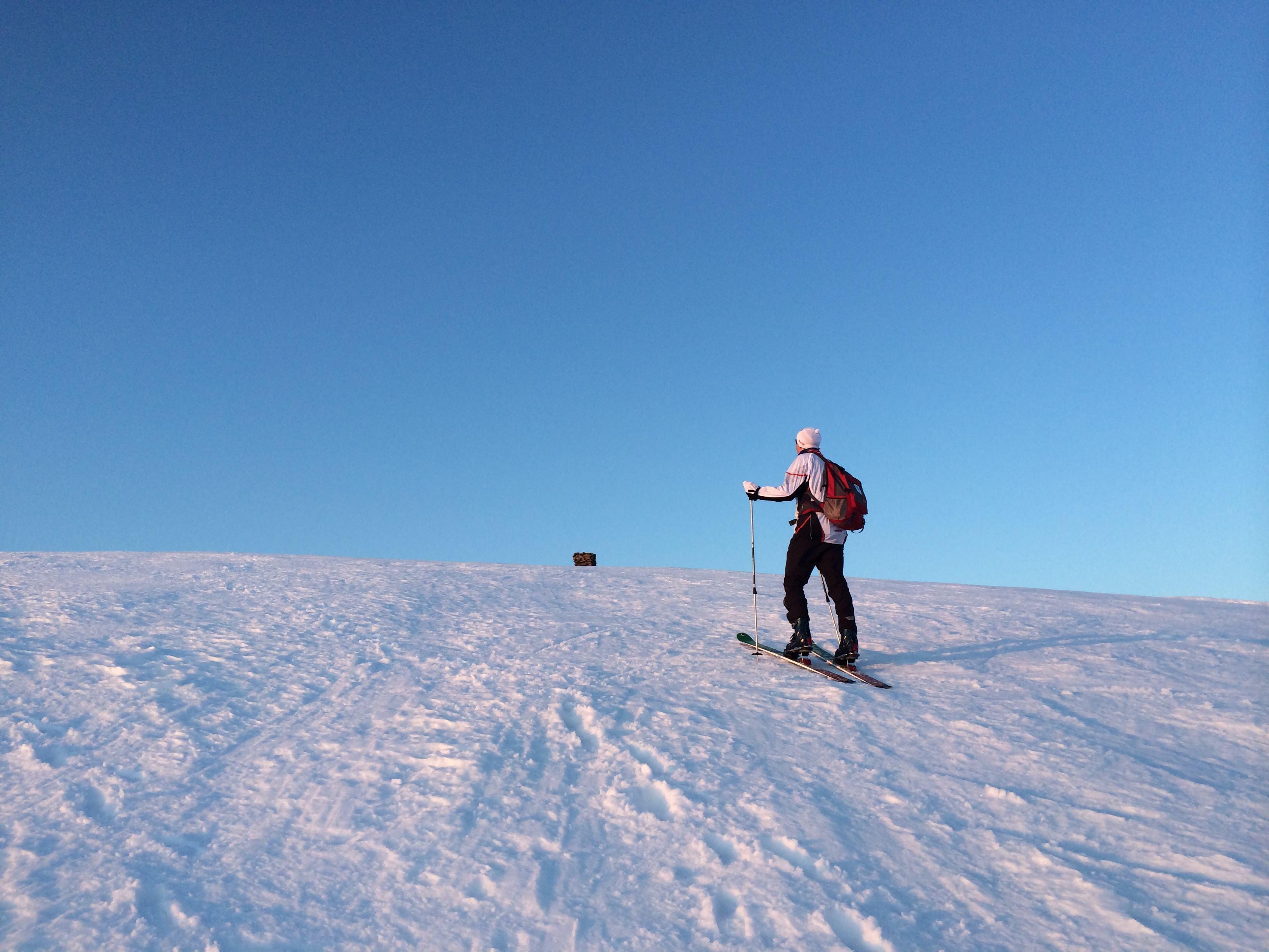 Mannen leder vei mot min aller første topptur på ski.