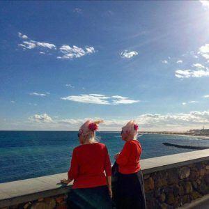 To eldre damer ved stranden